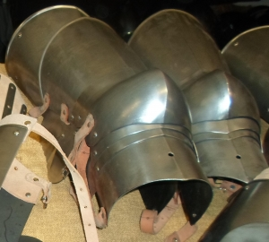 Thigh with Knee, Armours - Medieval Body Armour - Thigh with knee pads with side wing at heart, used in the fourteenth century, made of wrought iron hand,