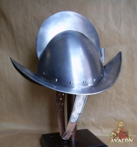 Elmet Spanish, Armours - Medieval Helmets - Armor to protect the skull in profile round, equipped with a ridge segment of a circle with a tight boat, size 43 x 27 x 31 cm