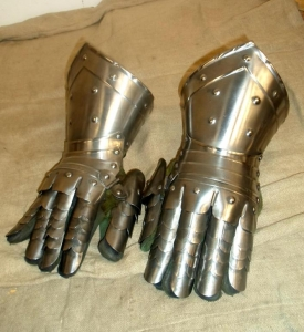 Medieval Finger Gauntlets, Armours - Medieval Body Armour - Italian Finger separate knob, glove on a hand-stitched lining rivets with leather strips nailed to the edges of the plates.