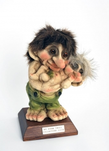 Troll Club 2015 Ny Form, Troll  NyForm - Troll NyForm club - Troll Club 2015 NyForm. Serie Limitata Dimensione, altezza: 22 cm. Troll in materiale nturale con piedistallo.